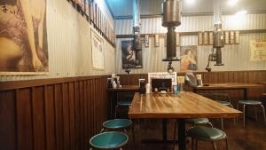 ホルモン清香園1階のテーブル席