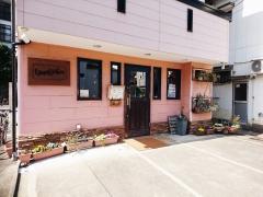 グレープナッツ外観 ピンクの壁が可愛い住宅街の中のパスタ屋さん
