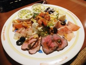 お肉や野菜の冷菜がバランスよく盛り付けられています
