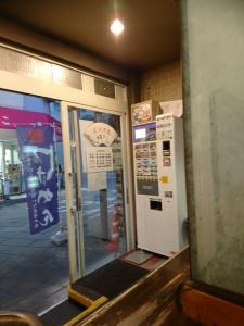 店内入って左側に券売機があります