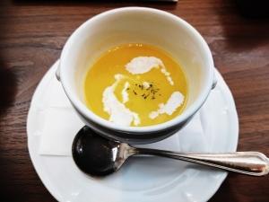 セットのスープ。カボチャのポタージュでした。