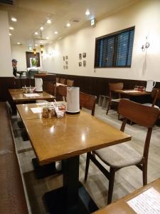 カウンターの他に4人掛けと2人掛けのテーブルが数席あります。