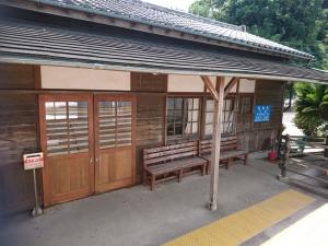 電車を降りるとレトロな駅舎があります
