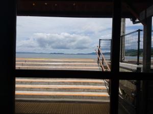 窓から見える千綿駅ホームの向こうには大村湾の絶景が広がっています