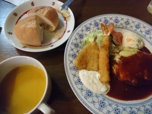 スープ、メイン、ライスorパン、食後のコーヒーがつきます