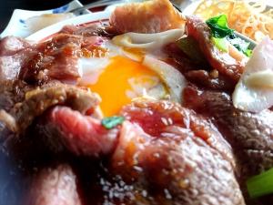 お肉の下には半熟卵が