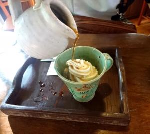 熱々のコーヒーをかけるアフォガード