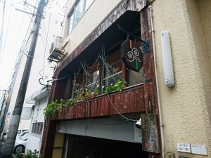 裏通りのビルの2階にあるお店