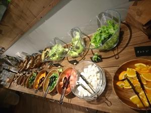 野菜やフルーツが並ぶサラダバー