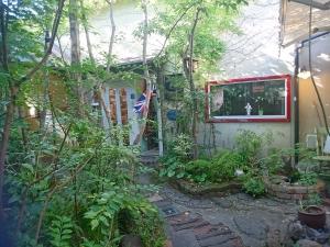 小さな中庭を囲むようにお店があります