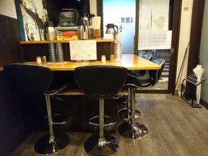 1階はカウンターとテーブル席