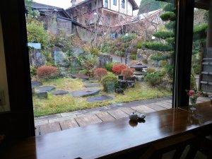 窓際の席からは庭園が見えます