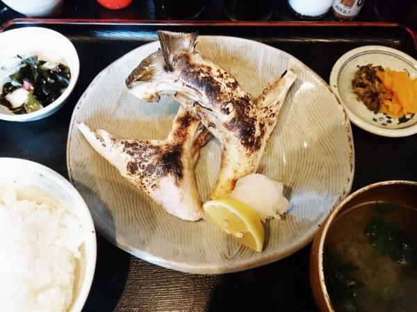 ブリかまの塩焼き定食(880円)