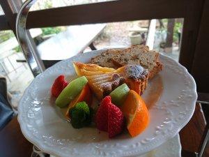 最上段のフルーツと焼き菓子の盛り合わせ