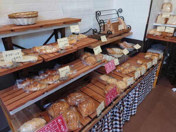 可愛い店内に並ぶパンたち