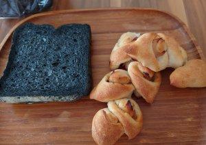 竹炭食パンとベーコンエピ