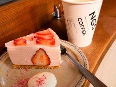 桜香るイチゴのムースタルトとコーヒー